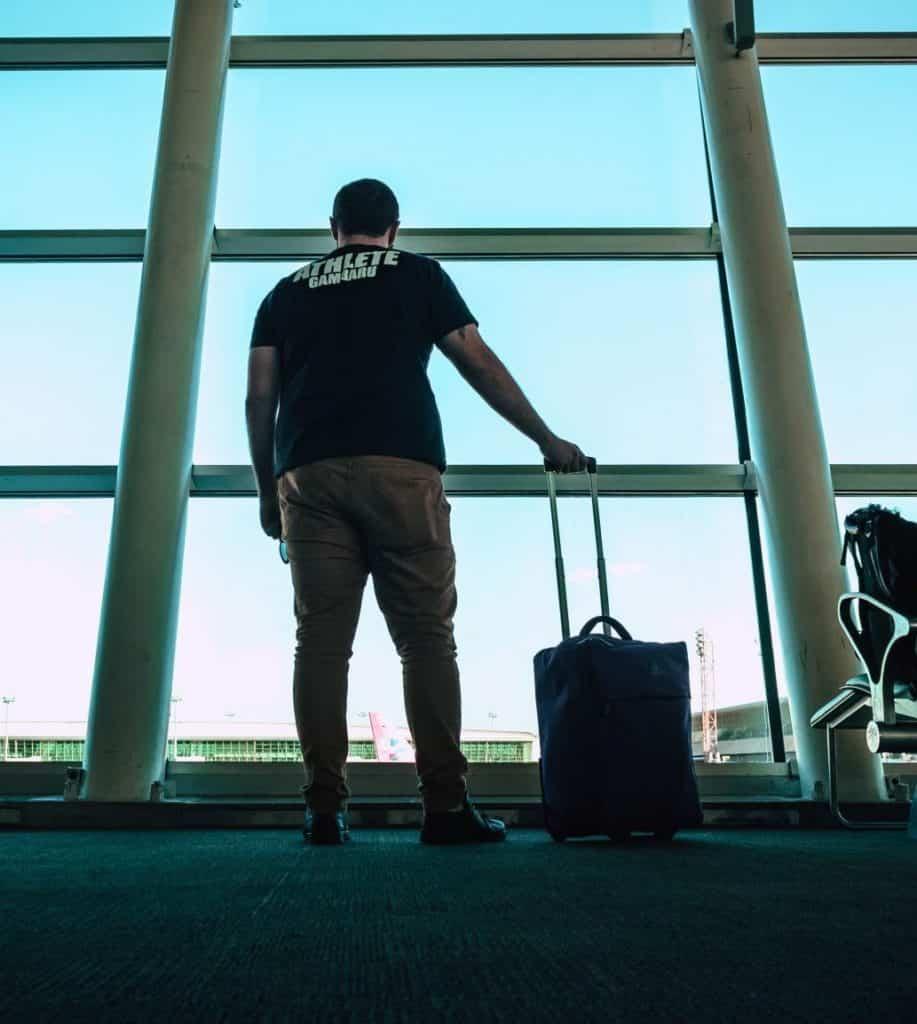 mand i lufthavnen med kuffert
