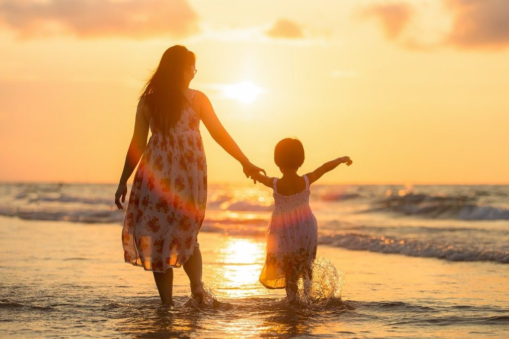 mor og datter ved stranden