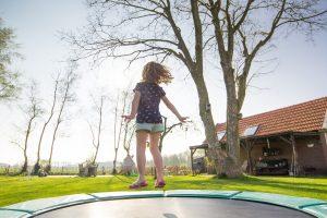 pige på nedgravet trampolin
