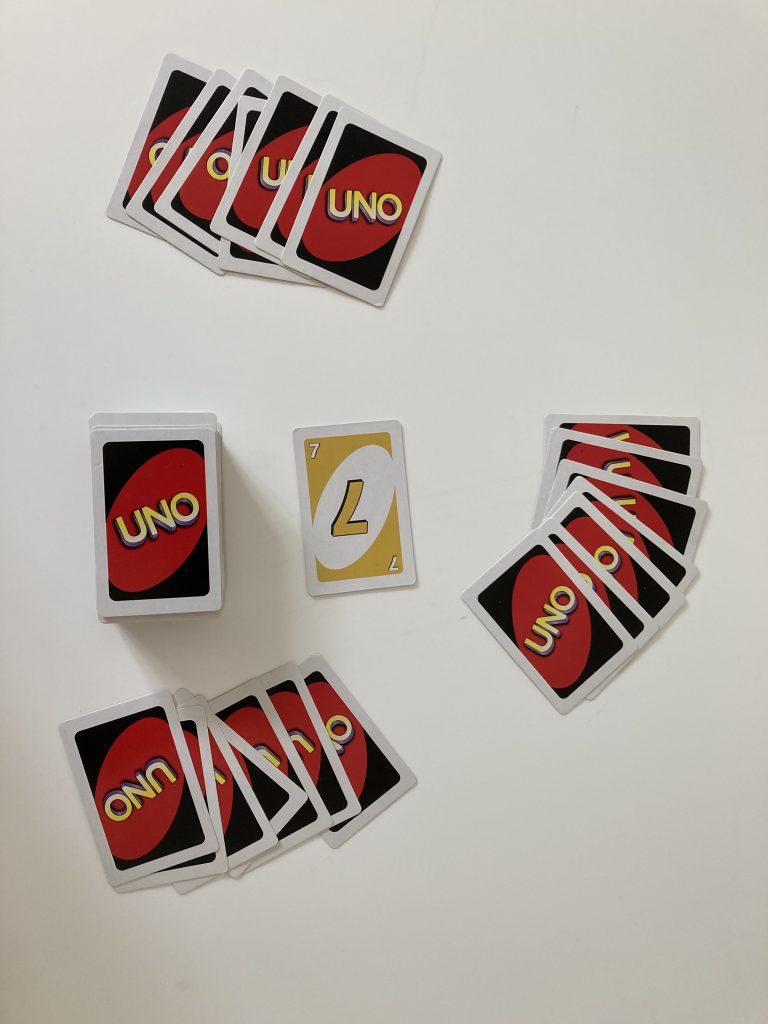 Klar til et uno-spil med 3 spillere